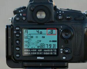 Een afbeelding van F-stop op het LCD-scherm van een camera. Inzicht in diafragma in de fotografie