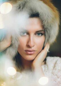 Een foto van een vrouwelijk model met onscherpe voorgrondlichten - wat is diafragma