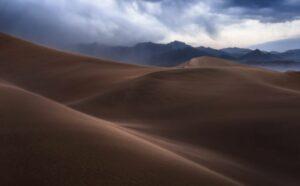 Een foto van stormachtige zandduinen - hoe diafragma's foto's beïnvloeden