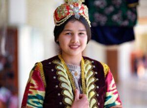 Een portret van een meisje met geringe scherptediepte bij groot diafragma